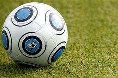 """<p>Футбольный мяч лежит на газоне на стадионе Майнца, 7 октября 2009 года. Симферопольская """"Таврия"""" благодаря победе над донецким """"Металлургом"""" со счетом 3:2 впервые в своей истории выиграла кубок Украины по футболу. REUTERS/Johannes Eisele</p>"""