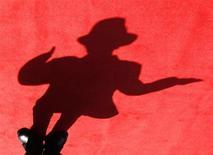 <p>Un collectionneur d'effets ayant appartenu à Michael Jackson propose aux fans du chanteur de dormir au milieu de ces pièces rares pour une somme qui pourra aller jusqu'à 1.000 dollars (800 euros) à l'occasion du premier anniversaire de sa mort, le 25 juin. /Photo d'archives/REUTERS/Nicky Loh</p>