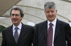 <p>Da sinistra, l'amministratore delegato di Telecom Franco Bernabe e il presidente Gabriele Galateri di Genola, in foto d'archivio. REUTERS/Jamil Bittar</p>