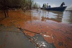 <p>Un barco pasa por contaminadas aguas cerca del Paso Loutre, en Luisiana. Mayo 20 2010. BP Plc dijo que algunas estimaciones que hicieron terceros sobre cuánto petróleo está brotando desde uno de sus pozos en el lecho submarino del Golfo de México eran imprecisas, y negó cualquier encubrimiento. REUTERS/Lee Celano</p>