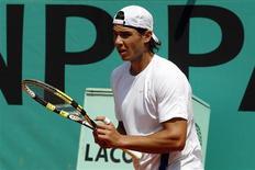 <p>O tenista espanhol Rafael Nadal treina no estádio de Roland Garros em Paris, 21 de maio de 2010. Nadal terá uma difícil trajetória na busca por um quinto título no Aberto da França depois do sorteio nesta sexta-feira da chave do Grand Slam em quadras de saibro que começa no domingo. REUTERS/Benoit Tessier</p>