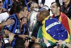 <p>Lúcio (esq) e Maicon do Inter de Milão beijam troféu depois de derrotar o Bayern de Munique na final da Liga dos Campeões em Mdri. A Confederação Brasileira de Futebol (CBF) confirmou, neste domingo, que os jogadores da Inter de Milão Julio César, Maicon e Lúcio vão se apresentar à seleção brasileira apenas na África do Sul, sem participar do início da preparação da equipe em Curitiba. 22/05/2010 REUTERS/Kai Pfaffenbach</p>