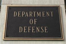 <p>Знак Министерства обороны США, сфотографированный на здании Пентагона в Вашингтоне, 25 марта 2010 года. США сняли санкции в отношении Рособоронэксорта и еще трех российских организаций, которые США обвиняли в содействии Ирану в сфере разработки ядерного оружия. REUTERS/Hyungwon Kang</p>
