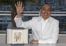 "<p>O diretor tailandês Apichatpong Weerasethakul exibe sua Palma de Ouro pelo filme ""Uncle Boonmee Who Can Recall his Past Lives"", na premiação do 63o Festival de Cinema de Cannes, 23 de maio de 2010. REUTERS/Vincent Kessler</p>"