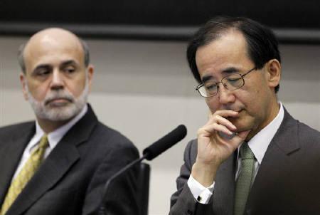 5月26日、白川日銀総裁(右)とバーナンキ米FRB議長(左)が日銀内で開催中の国際会議であいさつした(2010年 ロイター/Yuriko Nakao)
