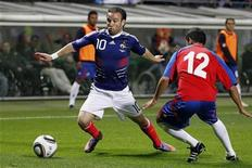 <p>O estreante Mathieu Valbuena marcou um gol a sete minutos do final do jogo amistoso contra a Costa Rica. 26/05/2010 REUTERS/Charles Platiau</p>