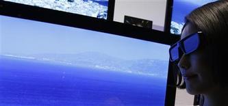 <p>Le sport et la pornographie seront les principaux moteurs d'adoption de la télévision 3D en France mais le déploiement en masse de cette technologie ne se fera que si le confort visuel s'améliore, si le prix baisse et si certains problèmes techniques sont résolus. /Photo d'archives/REUTERS/Yuriko Nakao</p>