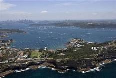<p>Yatchs are seen at the start of the annual Sydney to Hobart yacht race in Sydney Harbour December 26, 2008. REUTERS/Andrea Francolini</p>