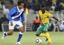 <p>Teko Modise da África do Sul(dir) e Jaime Vides da Guatamala durante amistoso no estádio Polokwane, África do Sul. O capitão Aaron Mokoena (ausente na foto) tornou-se o primeiro sul-africano a disputar 100 partidas pela seleção nesta segunda-feira, quando a equipe anfitriã da Copa do Mundo venceu a Guatemala por 5 x 0. 31/05/2010 REUTERS/Stringer</p>