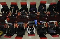 <p>People use the computer at an Internet cafe in Taiyuan, Shanxi province March 31, 2010. REUTERS/Stringer</p>