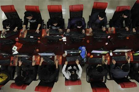People use the computer at an Internet cafe in Taiyuan, Shanxi province March 31, 2010. REUTERS/Stringer