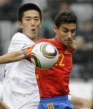 <p>A espanhola Jesus Navas (dir) disputa jogada com o sul-coreano Lee Jung-soo durante amistoso em Innsbruck. A Espanha venceu nesta quinta-feira a Coreia do Sul por 1 x 0 graças a um incrível gol de Jesús Navas no final da partida. 03/06/2010 REUTERS/Dominic Ebenbichler</p>