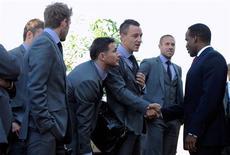 <p>Jogadores da seleção inglesa (dir à esq) David Beckham, Frank Lampard, John Terry e Matthew Upson cumprimentam o Rei Kgosi Leruo Molotlegi, monarca da Nação Real de Bafokeng Nation, na chegada do time ao campo esportivo de Bafokeng Sports em Rustenburgo, África do Sul. Os 23 jogadores chegaram pela manhã a Johanesburgo, procedentes de Londres, e depois fizeram de ônibus o trajeto de duas horas até a cidade, onde pouca pompa esperava a equipe de Fábio Capello. 03/06/2010 REUTERS/Michael Regan</p>