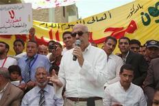 <p>محمد البرادعي المدير العام السابق للوكالة الدولية للطاقة الذرية(في المنتصف) يتحدث لانصاره خلال حشد في الفيوم يوم الجمعة. تصوير: اسماء وجيه - رويترز</p>