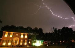 <p>Молния в небе в штате Огайо, США 24 августа 2007 года. Торнадо и грозы обрушились на Средний Запад США в воскресенье, приведя к гибели семи человек в Огайо и автоматической остановке работы АЭС в Мичигане. REUTERS/Matt Sullivan</p>