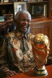 <p>Ex-presidente sul-africano Nelson Mandela poderá fazer uma rápida aparição em jogo de abertura da Copa do Mundo, na sexta-feira. REUTERS/Nelson Mandela Foundation/Debbie Yazbek/Handout</p>