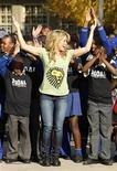 <p>A cantora de pop colombiana Shakira ensina a crianças de Soweto, enorme subúrbio ao sul de Johanesburgo, coreografia da música oficial da Copa do Mundo. 09/06/2010 REUTERS/ Howard Burditt</p>