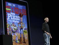 <p>Steve Jobs fala do iPad em San Francisco. A AT&T informou na quarta-feira que alguns usuários do iPad, da Apple, haviam sofrido exposição de informações pessoais devido a uma falha de segurança de rede, dois meses depois que o computador tablet foi lançado e superou todas as expectativas de vendas.07/06/2010.REUTERS/Robert Galbraith</p>