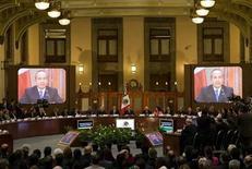 <p>Foto de archivo del presidente de México, Felipe Calderón, durante un discurso en el Palacio Nacional de Ciudad de México, ago 21 2008. El Gobierno de México dijo el jueves que adjudicó la operación de una red de fibra óptica para telecomunicaciones al consorcio formado por la gigante de medios Televisa, la proveedora de TV de paga Megacable y la española Telefónica. REUTERS/Jorge Dan Lopez (MEXICO)</p>