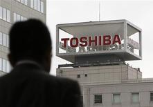 <p>Selon deux sources proches du dossier, qui confirment une information rapportée jeudi par le quotidien Nikkei, Fujitsu et Toshiba sont en discussions en vue de fusionner leurs activités dans la téléphonie mobile, ont déclaré deux sources proches du dossier. /Photo d'archives/REUTERS/Toru Hanai</p>