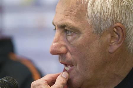 6月11日、サッカー、オランダ代表のファンマルウェイク監督が、公開練習中のブブゼラの音に不快感を示した(2010年 ロイター/Michael Kooren)