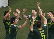 <p>Jogadores da Eslovânia comemoram gol contra a Argélia na vitória por 1 x 0 deste domingo. REUTERS/Ivan Alvarado</p>