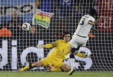 <p>O jogador de Gana Asamoah Gyan marca gol de pênalti contra a Sérvia. REUTERS/Dylan Martinez</p>