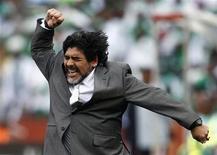 <p>O técnico da Argentina, Diego Maradona, comemora o gol da seleção contra a Nigéria. 12/06/2010 REUTERS/Eddie Keogh</p>