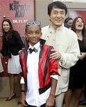 """<p>Jackie Chan (dir) e Jaden Smith durante lançamento de """"Karatê Kid"""" em Los Angeles. O filme chegou ao topo das bilheterias Norte Americanas neste final de semana. 07/06/2010 REUTERS/Mario Anzuoni</p>"""