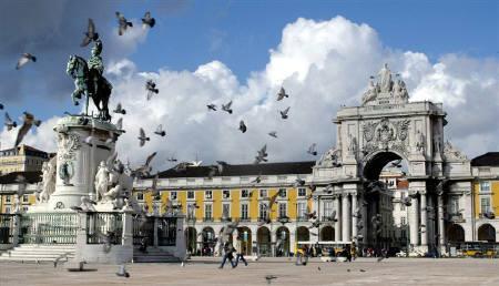 6月15日、欧州委員会は、スペインとポルトガルの2010年と11年の財政緊縮計画は十分に積極的であるとの判断を下した。写真は2003年11月、ポルトガルの首都リスボンで(2010年 ロイター/JoseManuel Ribeiro)