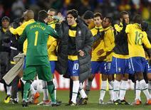<p>Jogadores da seleção comemoram vitória de 2 x 1 sobre a Coreia do Norte após estreia na Copa da África do Sul. REUTERS/Kai Pfaffenbach</p>