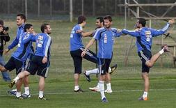 <p>Команда Греции по футболу на тренировке в Дурбане 14 июня 2010 года. Сборная Греции сыграет с командой Нигерии во втором матче группы B на чемпионате мира по футболу в ЮАР в четверг. REUTERS/Yves Herman</p>