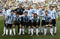 <p>Команда Аргентины перед началом матча против Нигерии на чемпионате мира по футболу в ЮАР, Йоханнесбург 12 июня 2010 года. В матче группы B чемпионата мира по футболу в четверг встретятся сборные команды Аргентины и Южной Кореи. REUTERS/Eddie Keogh</p>