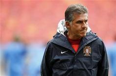 <p>O técnico da seleção portuguesa, Carlos Queirozk durante sessão de treino no estádio Nelson Mandela. Queiroz disse que sua seleção não pode mais ser cautelosa se quiser ir para a segunda fase da Copa do Mundo. 14/06/2010 REUTERS/Jose Manuel Ribeiro</p>