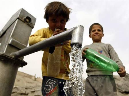 Afghan children prepare to collect water from a water pump in Kabul March 22, 2010. REUTERS/Omar Sobhani/Files