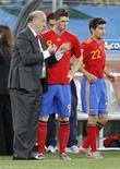 <p>Fernando Torres (centro) e Jesus Navas (dir) ao lado do técnico da seleção espanhola, Vicente del Bosque, no jogo contra a Suiça em Durban. Del Bosque não é conhecido por fazer grandes mudanças de estratégia, mas ele pode ter de mostrar valentia se quiser levar os atuais campeões europeus além da primeira fase da Copa do Mundo. 16/06/2010 REUTERS/Paul Hanna</p>