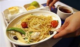 """<p>Официантка подает обед в ресторане """"A380. Бортовая кухня"""" в Тайбэе 22 января 2009 года. Традиционный немецкий завтрак, состоящий из сосисок, ветчины и сыра, игроки сборной Германии заменили на пасту, чтобы восполнить запас углеводов перед матчем против Сербии. REUTERS/Nicky Loh</p>"""