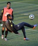 <p>Robinho participa de treino da seleção em Johanesburgo após ter destoado com seu bom desempenho na partida contra a Coreia do Norte na Copa da África do Sul. REUTERS/Paulo Whitaker</p>