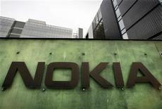 <p>Foto de archivo del centro de investigación y desarrollo de la compañía Nokia en Helsinki, abr 11 2008. Las acciones en Nokia siguieron cayendo el jueves mientras los analistas recortaban sus recomendaciones y estimaciones tras una advertencia de ganancias proveniente del principal fabricante de celulares del mundo. REUTERS/Bob Strong</p>