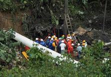 <p>Спасатели стоят напротив входа в разрушенную взрывом шахту в городе Амага, колумбийская провинция Антьокия 17 июня 2010 года. Спасатели продолжают работы на месте взрыва небольшой угольной шахты Сан- Фернандо на северо-западе Колумбии, где под завалами оказались до 70 человек. REUTERS/Fredy Amariles</p>