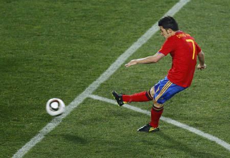 Spain's David Villa kicks the ball to score his second goal during a 2010 World Cup Group H match against Honduras at Ellis Park stadium in Johannesburg June 21, 2010. REUTERS/Kai Pfaffenbach