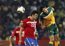 <p>Lance de jogo no qual a Austrália derrotou a Sérvia por 2 x 1 pelo Grupo D, mas acabou eliminada da Copa do Mundo. REUTERS/Daniel Munoz</p>