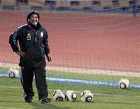 <p>Técnico da seleção argentina, Diego Maradona, durante sessão de treino em Pretória. Maradona disse que poderia telefonar ao colega José Mourinho, recém-contratado técnico do Real Madrid, em busca de algum conselho. 23/06/2010 REUTERS/Enrique Marcarian</p>
