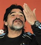 """<p>Maradona gesticula antes de coletiva. Diego Maradona """"passou por cima"""" de vários repórteres em uma coletiva de imprensa lotada, neste sábado, para abraçar o amigo e ex-companheiro de Napoli Salvatore Bagni antes de dizer que sua Argentina deve bater o México no Mundial.26/06/2010.REUTERS/Enrique Marcarian</p>"""