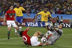 <p>Danny, de Portugal, colide com o goleiro brasileiro Julio César durante partida entre as seleções dos dois países na Copa do Mundo no estádio Moses Mabhida, em Durban. REUTERS/Christian Charisius</p>