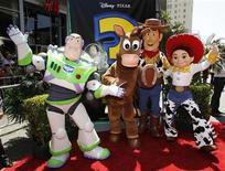 """<p>Imagen de archivo de los personajes de """"Toy Story 3"""" posando en el estreno mundial de la película en el teatro El Capitan, en Hollywood. Jun 13 2010. Los héroes animados de """"Toy Story 3"""" aplastaron a los estrenos de Adam Sandler y Tom Cruise, encabezando la taquilla norteamericana por segunda semana consecutiva, según cálculos de los estudios conocidos el domingo. REUTERS/Danny Moloshok</p>"""