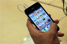 <p>Usuário manuseia o iPhome 4. A Apple anunciou na segunda-feira que vendeu 1,7 milhão de unidades do iPhone 4 no sábado, três dias depois que o aparelho chegou às lojas. O desempenho fez o aparelho ser o lançamento de maior sucesso da Apple.24/06/2010.REUTERS/Eric Thayer</p>
