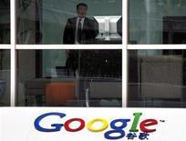 <p>Foto de archivo de un guardia de seguridad al interior de las oficinas de la compañía Google en Pekín, mar 24 2010. Google dijo el martes que detendrá el redireccionamiento de las búsquedas en China a un sitio sin restricciones en Hong Kong, en momentos en que espera convencer a Pekín de que renueve su licencia de operación en el mercado de internet más grande del mundo. REUTERS/David Gray</p>