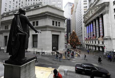 6月29日、ニューヨーク外国為替市場ではユーロが下落し、対円で8年半ぶりの安値に。写真はウォール街。2008年12月撮影(2010年 ロイター/Ray Stubblebine)
