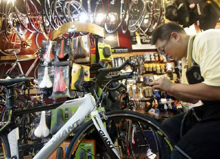 An employee fixes a bicycle, part of the items included in the economic cooperation framework agreement (ECFA), in a bicycle shop in Taipei June 29, 2010. REUTERS/Pichi Chuang